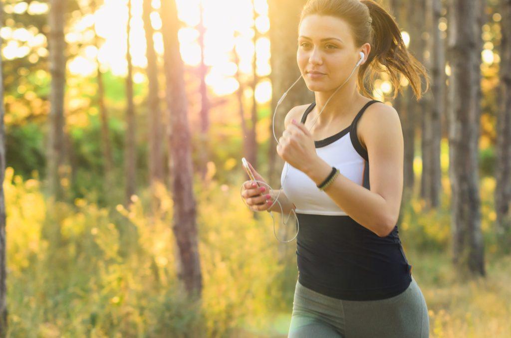 donna che fa jogging